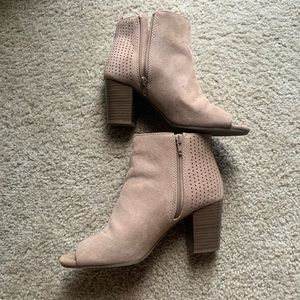 Old Navy open toe tan faux suede booties size 8